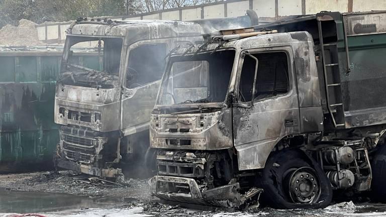 De brandweer kon niet voorkomen dat de kiepwagens verloren gingen (foto: Bart Meesters).