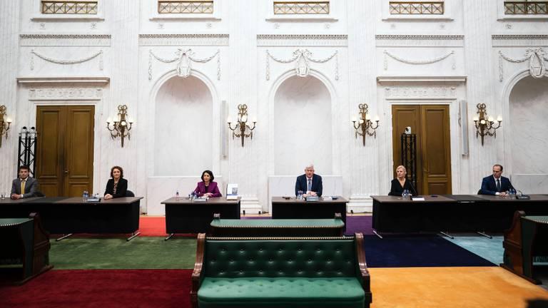 De commissie tijdens de presentatie van het eindverslag (foto: Bart Maat/ANP).