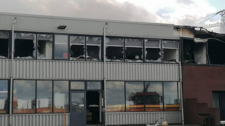 Een deel van de schade aan het pand van Hoogendoorn Maritieme betimmeringen en Interieurbouw (foto: Ista van Galen).