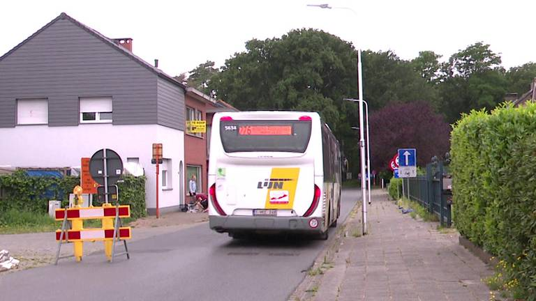 Volgens de bewoners rijden de bussen veel te hard door hun straat (Foto: Erik Peeters)