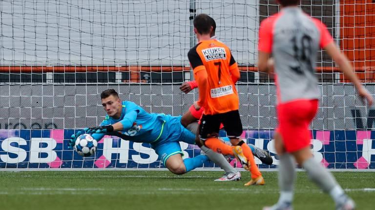 Doelman Nordin Bakker van FC Volendam stopt een Eindhovens schot. (Foto: Orange Pictures)