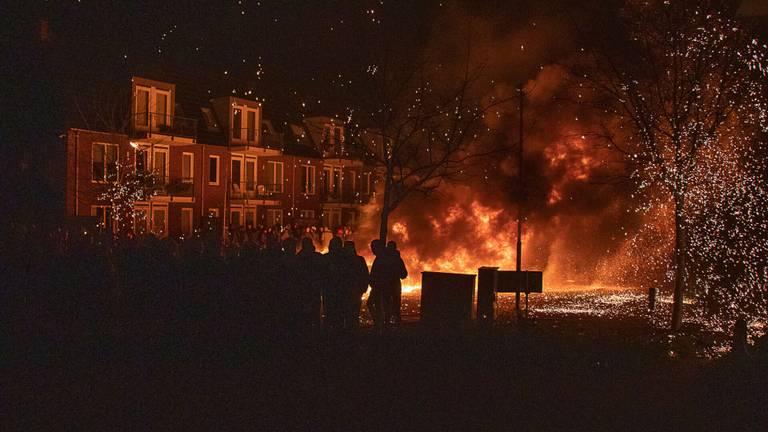 Het in brand steken van sloopauto's rond de jaarwisseling is traditie in Veen (foto: SQ Vision).