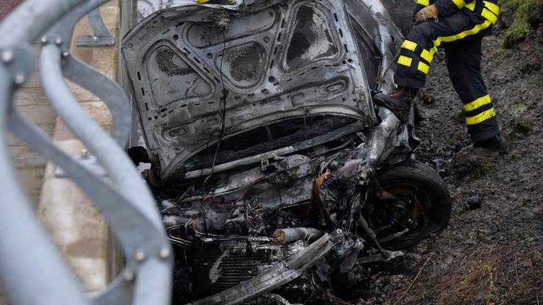 De uitgebrande auto (foto: Perry Roovers/SQ Vision).