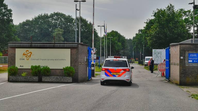 Politie ter plekke bij het azc in Budel (foto: Rico Vogels/SQ Vision).