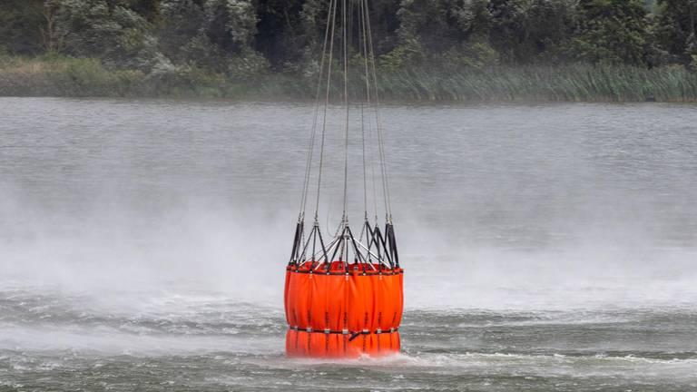 Het halen van water (foto: Defensie).