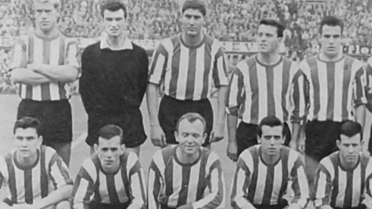 Horst Nussbaum rechts naast de keeper op 22 augustus 1965 met PSV in de Kuip