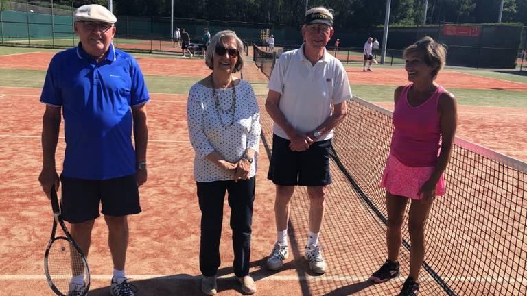 Cor (93) met zijn tennismaatjes op leeftijd.