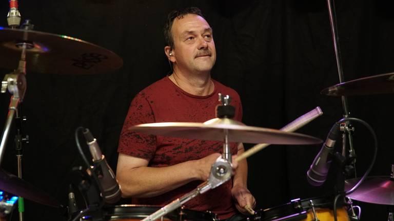Drummer Ronny Immers van Off Limits is blij dat hij weer kan repeteren (foto: Jos Verkuijlen)