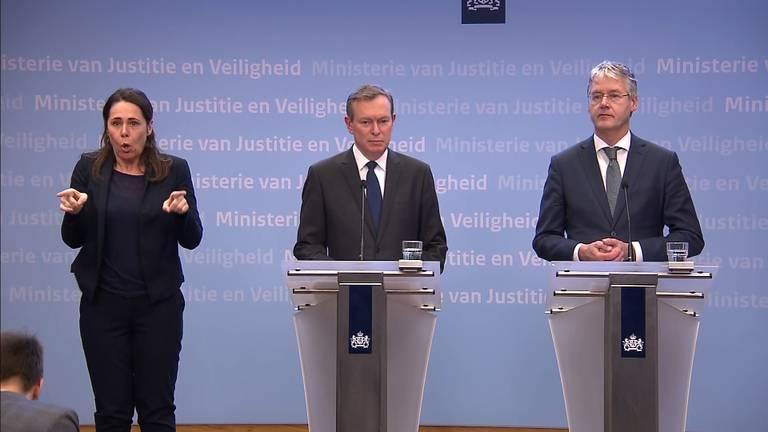 Minister Slob (rechts) en minister Bruins (midden) maakten het kabinetsbesluit om onder meer scholen en horeca per 15 maart te sluiten bekend.