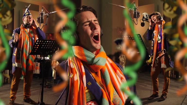 Veul Gere aan het werk tijdens de opnames van Doorgaon!