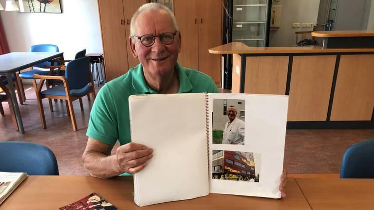 Jos van Orsouw met een plakboek over zijn tijd bij Organon (foto: Imke van de Laar).