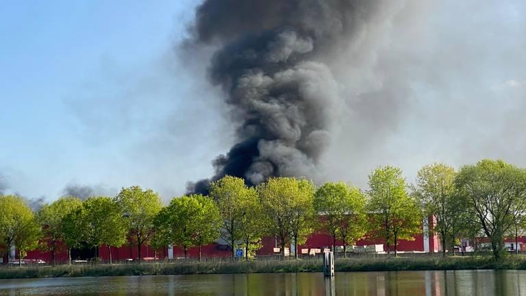 Rookwolken boven Van den Noort (foto: Anita Taks).