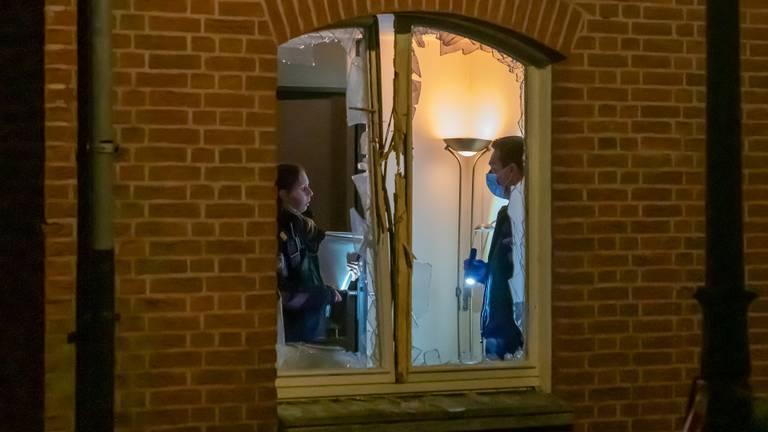 Politie in het huis na de explosie (foto: Iwan van Dun / SQ Vision).