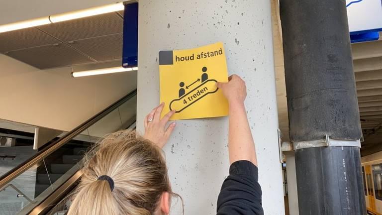 Coronamaatregelen op het station. (Foto: NS)