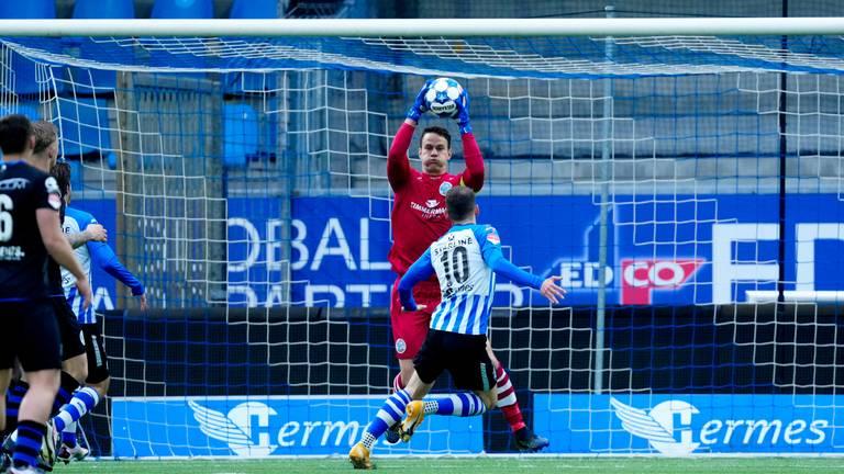 Keeper Wouter van der Steen (FC Den Bosch) plukt de bal voor Joey Sleegers weg (Foto: Orange Pictures).