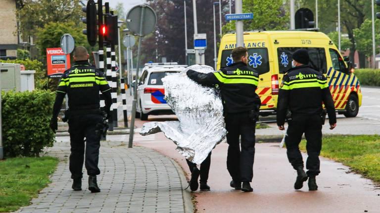Een van de aangehouden verdachten wordt door de politie meegenomen (foto: Harrie Grijseels / SQ Vision).