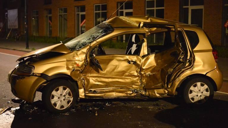De schade aan de auto is groot (foto: Perry Roovers/SQ Vision).
