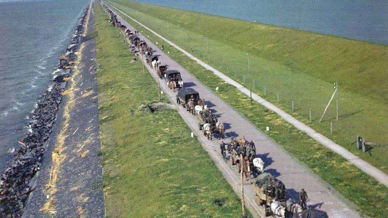 Terugtrekking over de Afsluitdijk mei/juni 1945 (foto: LAC Canada)