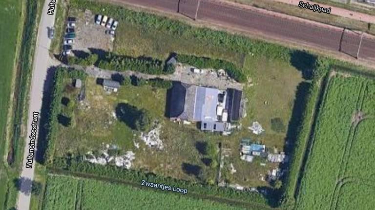 Het stuk grond wordt omringd door sloten en struiken. (foto: Google Maps)