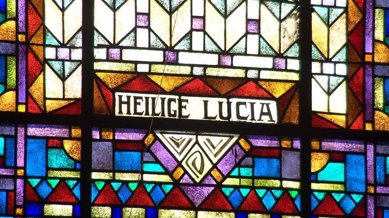 Glas-in-lood raam in de Sint-Luciakerk in Ravenstein.