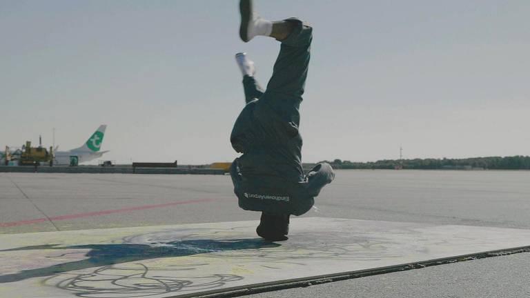 Een breakdancer op de landingsbaan.