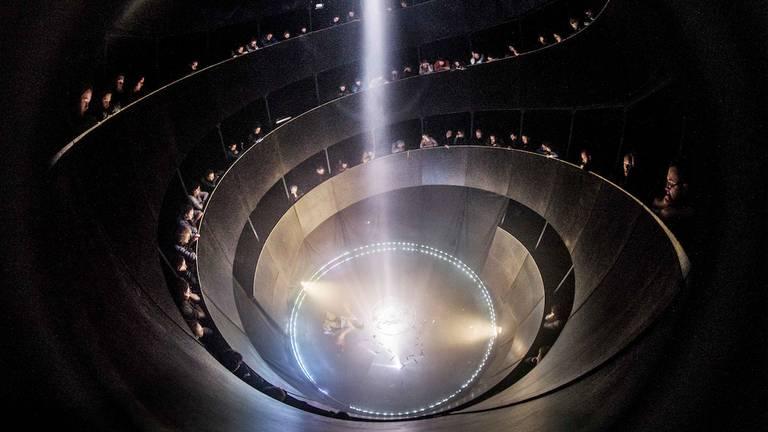 De silo van circusmaker Boris Gibé van binnen, tijdens zijn voorstelling. (beeld: Festival Circolo)