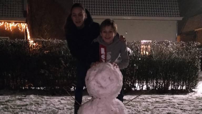 De kinderen van Bob van den Broek uit Helvoirt hadden ook dikke sneeuwpret.