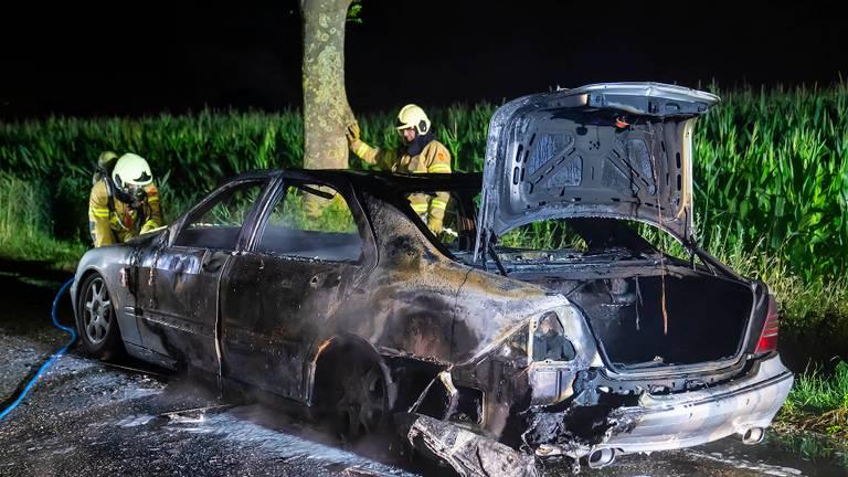 De auto vloog spontaan in brand en ging in vlammen op (foto: Gabor Heeres / SQ Vision).