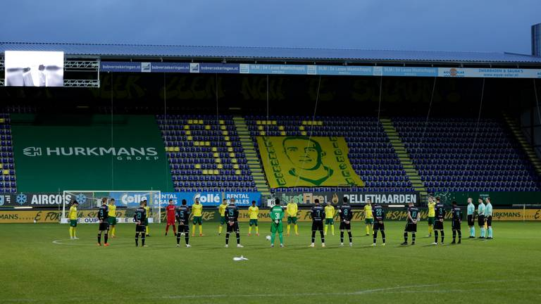 Spelers van RKC en Fortuna Sittard houden minuut stilte ter nagedachtenis voor Henk van Delft (Foto: ANP)