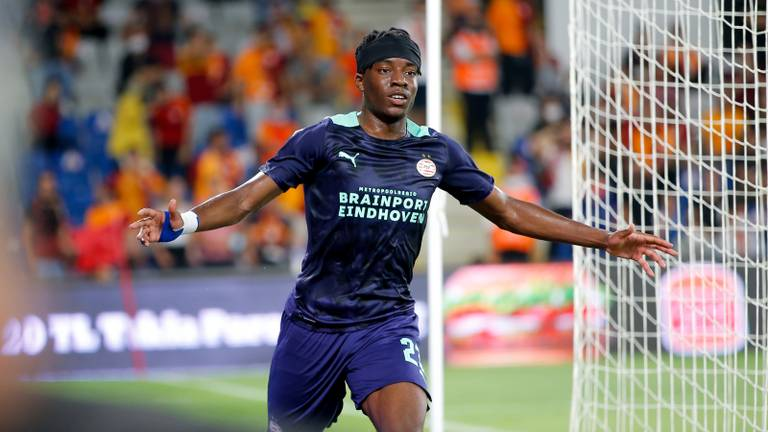 Noni Madueke viert zijn treffer tegen Galatasaray (foto: OrangePictures).
