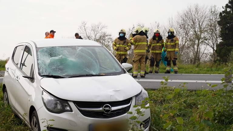 Meerdere hulpdiensten werden opgeroepen na het ongeluk op de afrit van de A50 bij Ravenstein (foto: Gabor Heeres/SQ Vision).