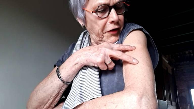 Marianne toont de plek waar haar tatoeage straks komt te staan.