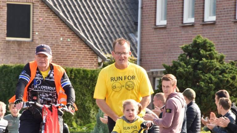 Barry liep de laatste meters van de marathon samen met Dirkje, voor wie hij geld inzamelt
