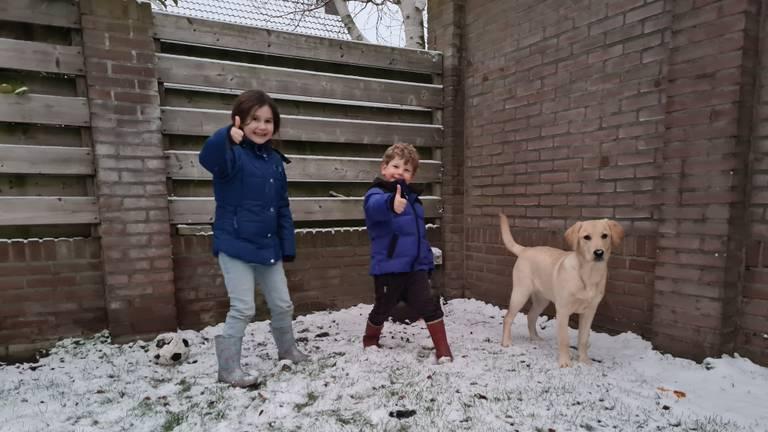 Fenna en Gijs waren erg blij met de sneeuw (foto: Tamara Broer).