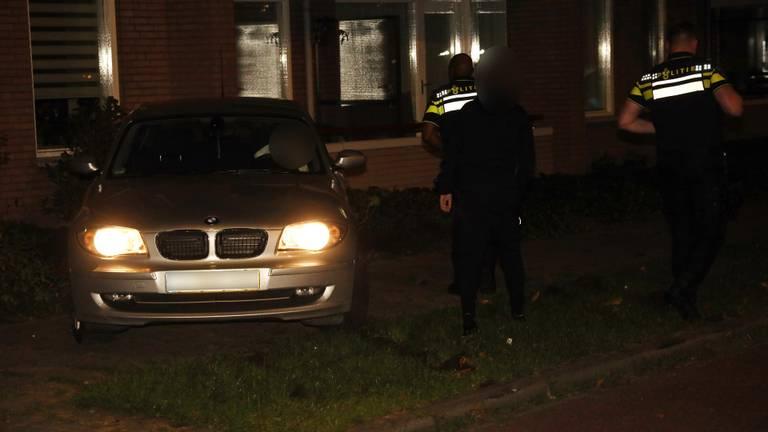Agenten bij de gecrashte auto in Uden (foto: Marco van den Broek/SQ Vision).