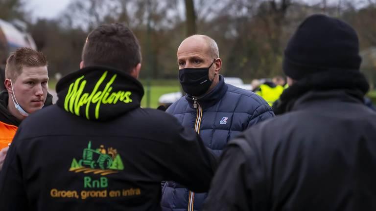 Frits van Eerd (met mondkapje op) in gesprek met boeren (foto: Gabor Heeres/SQ Vision Mediaprodukties).