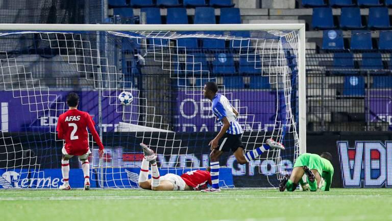 Dico Jap Tjong maakt in de 64ste minuut de 3-0 tegen Jong AZ  (Foto: Orange Pictures/Gino van Outheusden).