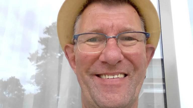 Supermarktmedewerker Frank Huijbregts kent bijna al zijn klanten bij naam (foto: Dankraam Tilburg).