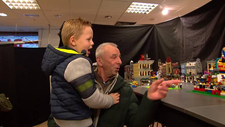 Opa Noud en kleinzoon Jack doen mee aan de carnavalsoptocht in LEGO (foto: Bert Geeraets).