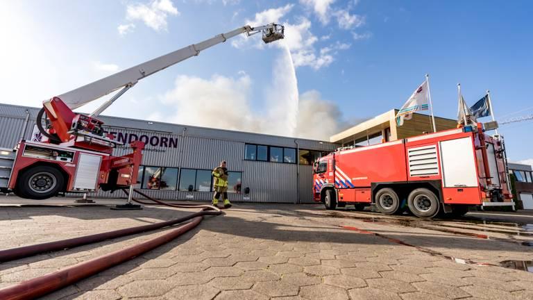 De brand wordt van verschillende kanten bestreden (foto: Marcel van Dorst/SQ Vision Mediaprodukties).