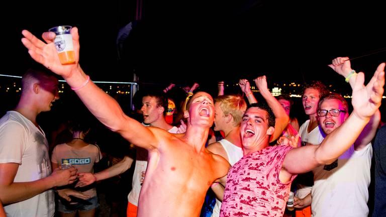 Feestende jongeren in Blanes (foto: ANP 2015/Robin Utrecht).