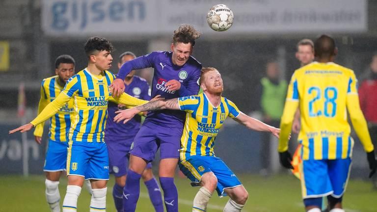 Richard van der Venne in duel om de bal in de wedstrijd tegen FC Groningen (Foto: OrangePictures)
