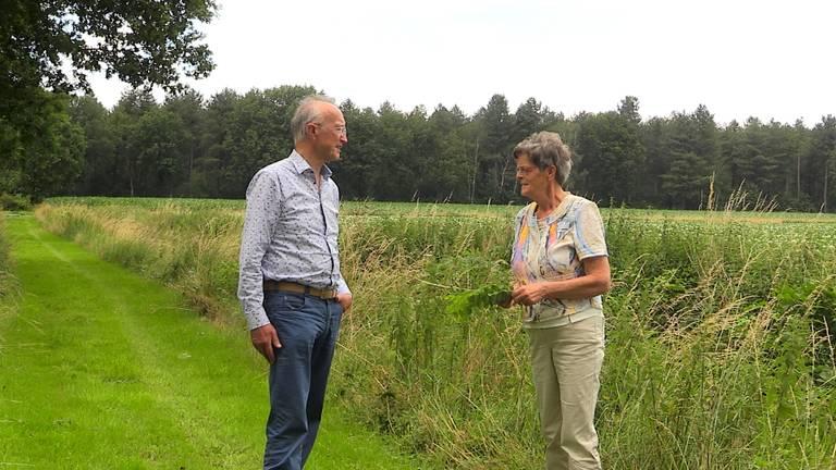 Martien Hendriks en Marij Nabuurs, op de achtergrond het azc.