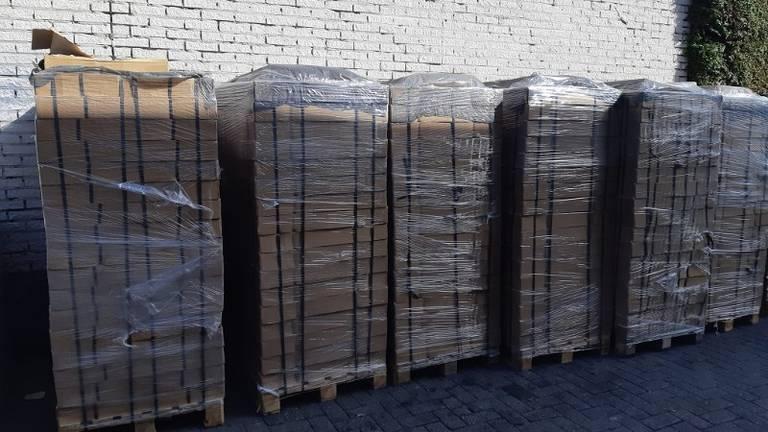 De politie vond elf palletjes met illegale sigaretten (foto: Politie).