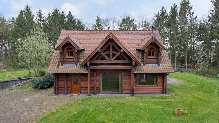 Het houten huis zelf lijkt op het eerste gezicht niet enorm groot, tot je de foto's van het souterrain ziet (foto: Van den Berk & Kerkhof Makelaars).