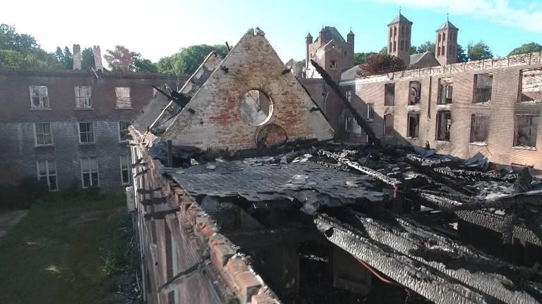 Na de brand is er weinig over van het monumentale pand.