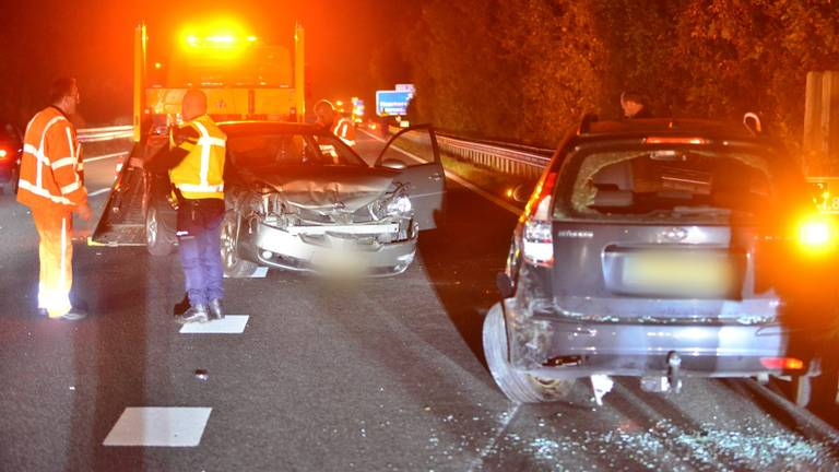 Meerdere auto's waren betrokken bij de botsing op de A2 bij Maarheeze (foto: Johan Bloemers/SQ Vision).