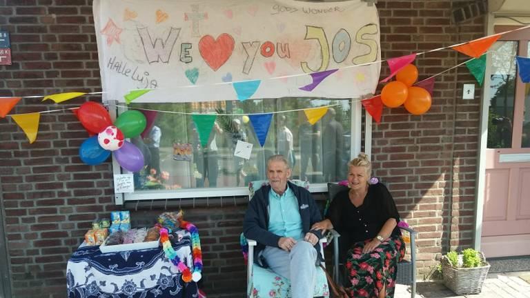 Jos Klaassen werd feestelijk onthaald toen hij na zes weken op de intensive care weer thuiskwam. (Privéfoto)