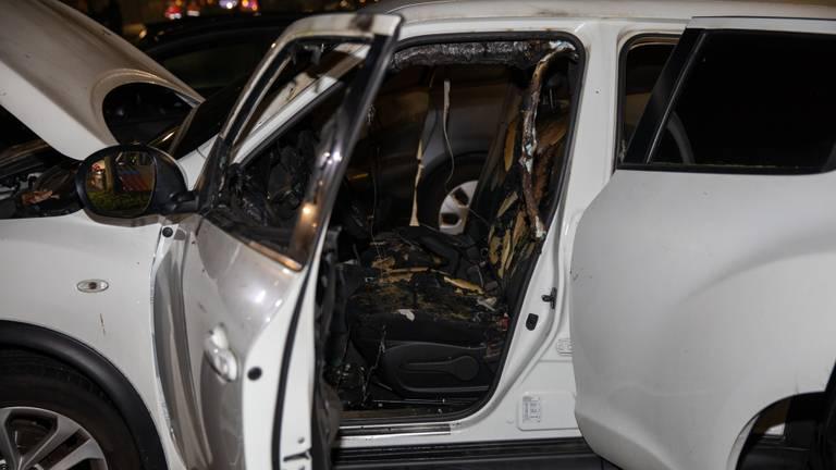 De auto in Roosendaal raakte zwaar beschadigd (foto: Christian Traets/SQ Vision).