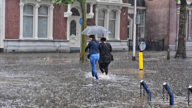 Straten in Brabant stonden dinsdag blank (foto: Toby de Kort/SQ Vision).